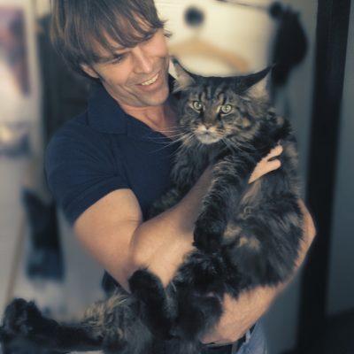 Большой кот с человеком